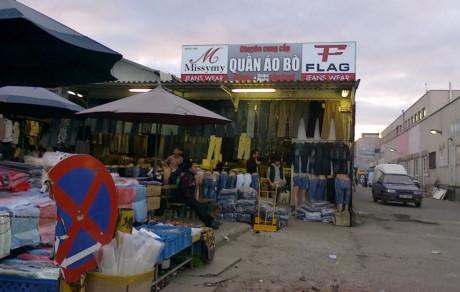 Cửa hàng buôn bán của người Việt Nam tại Prague, Cộng hòa Czech. Ảnh:vice.com.