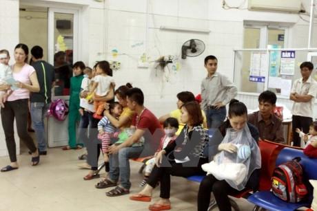 Bệnh nhân chờ khám tại Bệnh viện Nhi Trung ương. (Ảnh: TTXVN/Vietnam+