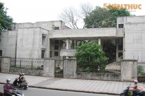 Ngôi nhà 300 Kim Mã sáng đèn từ 5h chiều và vẫn có người ra vào.
