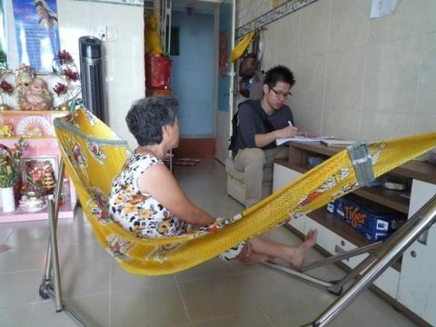 Ông Vũ Minh Hoàng tham gia khảo sát hộ gia đình tại Việt Nam cho luận án tiến sĩ vào tháng 3/2015.