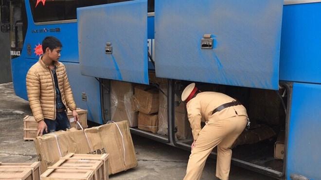 Cảnh sát giao thông Quảng Ninh bắt giữ xe khách 15B - 019.63 của nhà xe Ôhô, thu giữa gần nửa tấn hàng lậu.