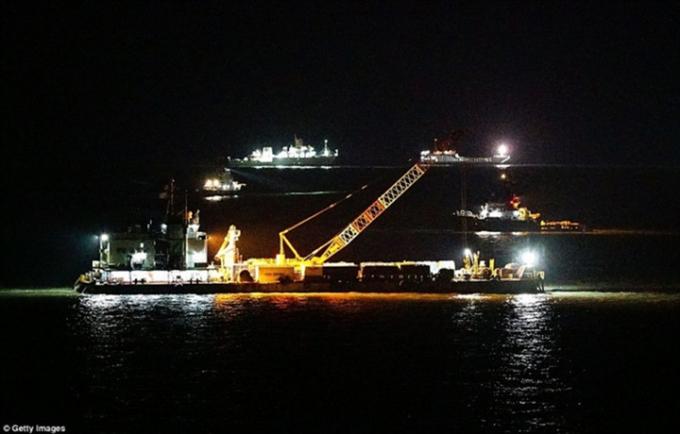 Từ tờ mờ sáng 23/3, nhóm thực hiện việc trục vớt phà Sewol đã bắt tay vào việc xác định vị trí chính xác của tàu. Ảnh: Getty Images