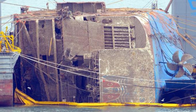 Dự kiến toàn bộ quá trình trục vớt phà Sewol sẽ diễn ra trong vòng 8 ngày. Ảnh: Reuters
