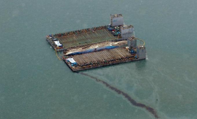 Trong quá trình với phà Sewol đã xảy ra hiện tượng dầu loang thành một vệt dài trên biển. Ảnh: Reuters