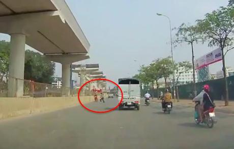 Người đàn ông lao ra chặn nam thanh niên đang chạy xe máy ngược chiều. Ảnh cắt từ clip
