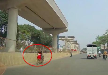 Clip thanh niên đi ngược chiều bị phang gậy vào lưng trên phố Hà Nội