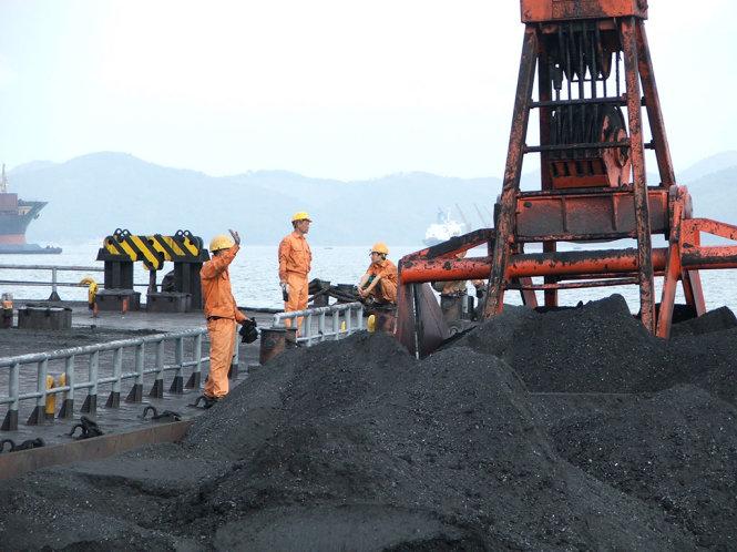 EVN nợ TKV chủ yếu là tiền mua than cho các nhà máy điện. Trong ảnh: Hoạt động giao nhận than của TKV - Ảnh: ANH ĐỨC