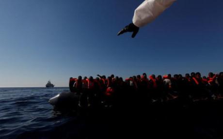 Người di cư bị ngồi nhét trên xuồng cao su (Ảnh: Reuters)