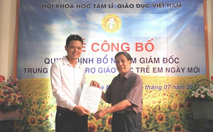 Ông Nguyễn Hoàng Lan – Phó Tổng thư ký, Chánh văn phòng Trung ương Hội Khoa học Tâm lí – Giáo dục Việt Nam đã trao Quyết định bổ nhiệm Giám đốc Trung tâm hỗ trợ giáo dục trẻ em Ngày Mới cho ông Hoàng Văn Quyết