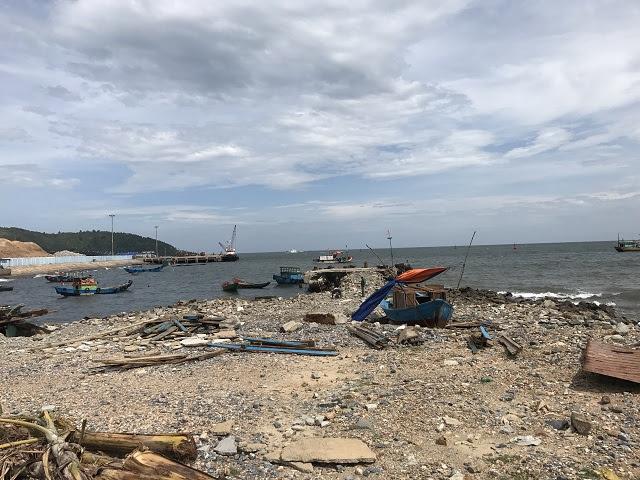 Khu vực Mũi Ông thuộc cảng Hòn La vẫn có tàu thuyền neo vào dù đã có quyết định cưỡng chế từ tháng 3 /2017