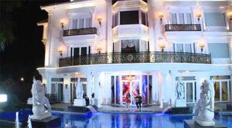 Căn biệt thựtrở nên lung linh dưới ánh đèn vào buổi tối với lối kiến trúc xa hoa tinh tế theo kiểu châu Âu. Ảnh: Dân Việt.