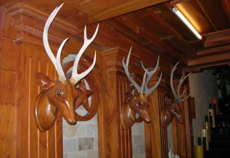 Lối lên cầu thang được trang trí bằng những đầu hươu gỗ quý giá. Ảnh: Internet.