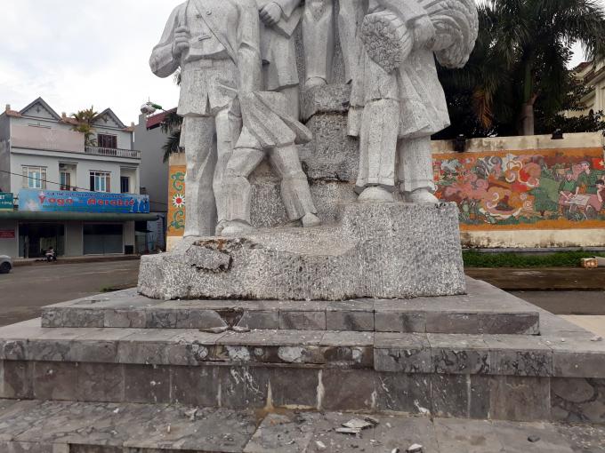 Một phần bức tượng bị đổ và rơi xuống khiến một cháu bé bị thương.
