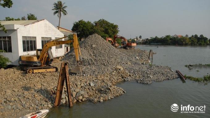 Một đoạn sông Đồng Nai đang được san lấp do PV Infonet chụp ngày 23/3/2015. (Ảnh: Nguyễn Cường)