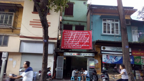 Các cư dân sống ở ngôi biệt thự cổ đã nhiều năm treo băng rôn yêu cầu quận Ba Đình thực hiện đúng pháp luật, trả lại cống chính cho ngôi nhà.