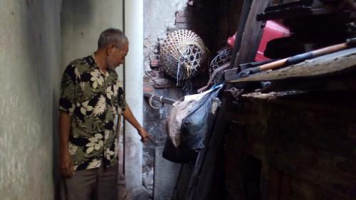 Bác Nguyễn Văn Dung chỉ cho PV chỗ cống bị ứ nước.