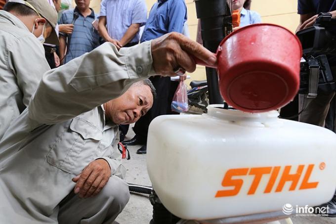 Trong sáng nay, có 3 máy khoác vai đã được điều đến phường Quang Trung (Hà Đông) để phun thuốc.