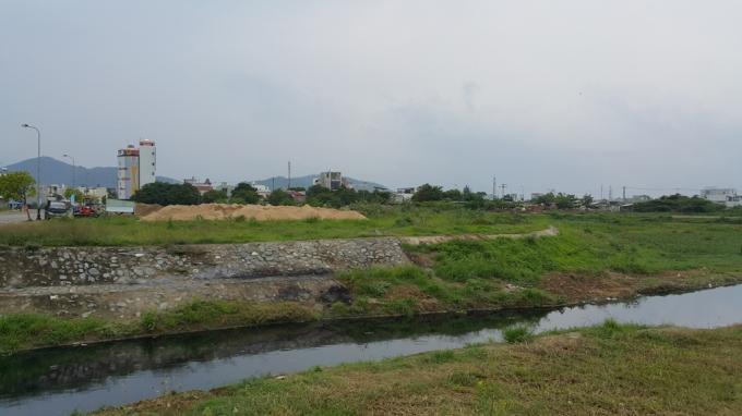 Bèo rác phủ đầy, nước bị ô nhiễm và sản xuất gạch block trên đất UBND quận Liên Chiểu cho Cty Tây Hồ mượn