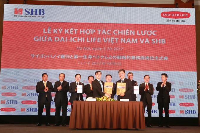 Tổng Giám đốc SHB và Tổng Giám đốc Dai-ichi Life Việt Nam ký thỏa thuận hợp tác chiến lược trước sự chứng kiến của Ủy viên BCT, Phó Thủ tướng Vương Đình Huệ, Phó Chủ nhiệm Ủy ban tài chính, ngân sách của Quốc hội Bùi Đặng Dũng, Phó Thống đốc NHNNVN Đào Minh Tú cùng đại diện Lãnh đạo cấp cao của SHB và Dai-ichi Life.