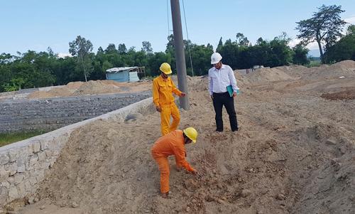 Cán bộ Điện lực Phú Hòa kiểm tra hiện trường vi phạm hành lang an toàn lưới điện của DNTN Thời Quán. Nguồn: baophuyen.com.vn
