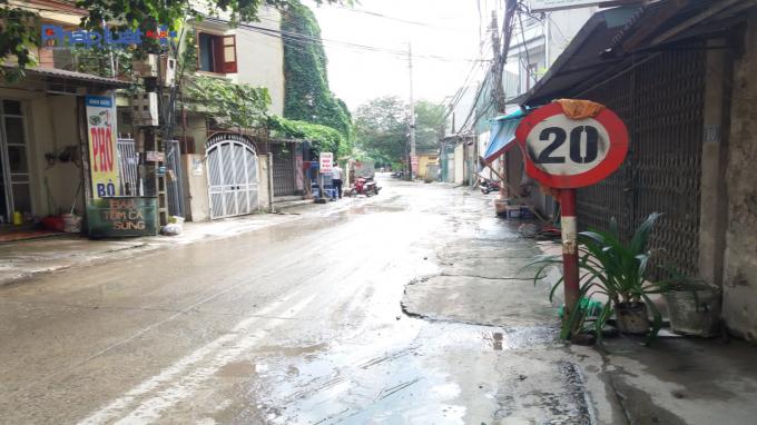 Đường đi vào trạm trộn thường xuyên ướt át, bụi bặm.
