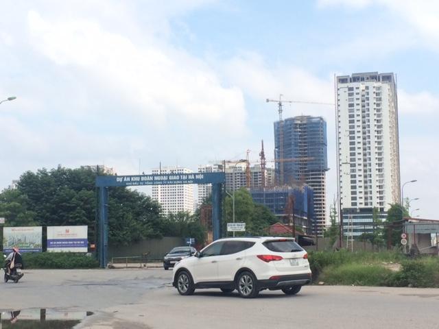 Theo phản ánh của cư dân Khu Đoàn Ngoại giao, hạ tầng nội khu của toàn bộ dự án đang trong quá tình trạng xây dựng dở dang và thiếu so với quy hoạch được duyệt.