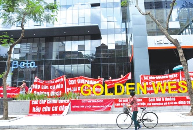 Những cư dân đang sinh sống tại chung cư Golden West số 2 Lê Văn Thiêm (quận Thanh Xuân) tập trung treo băng rôn trước sảnh phản đối chủ đầu tư.