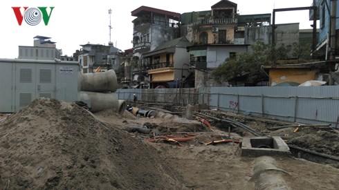 Sau 10 năm ngưng trệ vì nhiều lý do, ngành chức năng thành phố Hà Nội vừa tái khởi động cải tạo hồ Linh Quang ,phường Văn Chương, Đống Đa,