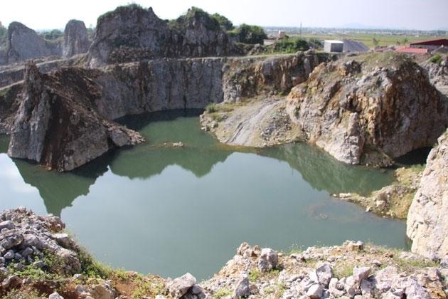 Việc khai thác sâu quá chỉ giới cho phép đã tạo thành những hồ nước khổng lồ, tiềm ẩn nhiều nguy hiểm. (Ảnh: THÀNH CHÂU - ĐỨC THẮNG)