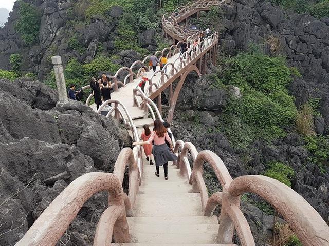 Công ty CP du lịch Tràng An đã tự ý khoan đá chôn cột bê tông, lắp đặt bậc thang, hành lang lan can tạo đường lên xuống núi Cái Hạ. Toàn bộ công trình