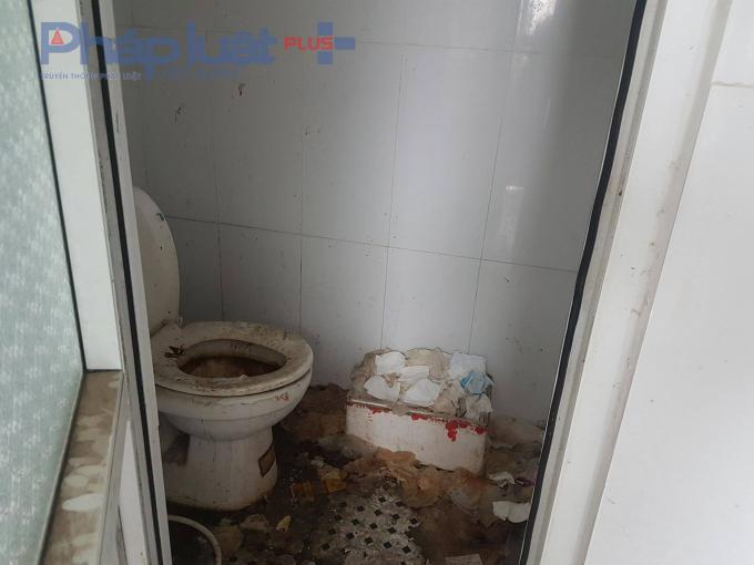Đây là hình ảnh tại địa chỉ số 2 Phùng Hưng, công an quận Hà Đông. Thử hỏi, đã bao giờ lãnh đạo, chiến sĩ, cán bộ Công an quận Hà Đông đi vệ sinh tại nhà vệ sinh này?
