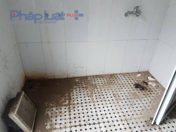 Bên trong nhà tắm các thiết bị đã rụng rơi.