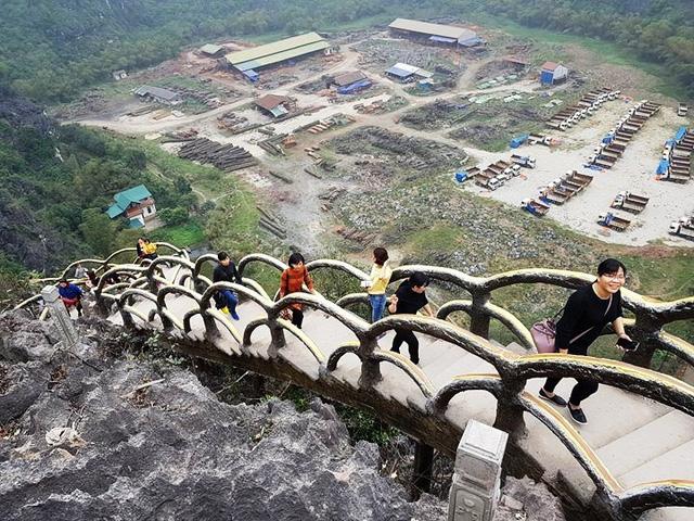 Leo hết hơn 2.000 bậc thang, lên đến đỉnh núi, du khách có thể phóng tầm mắt nhìn một vùng rộng lớn. Điều đau lòng là để thỏa mãn được nhu cầu của khách du lịch, cả một vùng di sản quý giá đã bị phá vỡ nghiêm trọng.