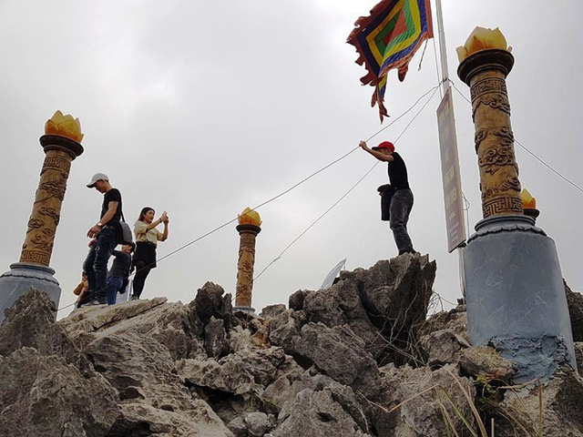 Đỉnh núi Cái Hạ, ông Nguyễn Văn Son gọi là đỉnh Huyền Vũ - nơi vua Đinh lên ngôi hoàng đế, lập đàn Kính Thiên. Đỉnh núi này, mỗi ngày có hàng trăm lượt người lên đây, cùng nhau chụp ảnh, đứng trên các tảng đá bất chấp sự nguy hiểm rình rập.