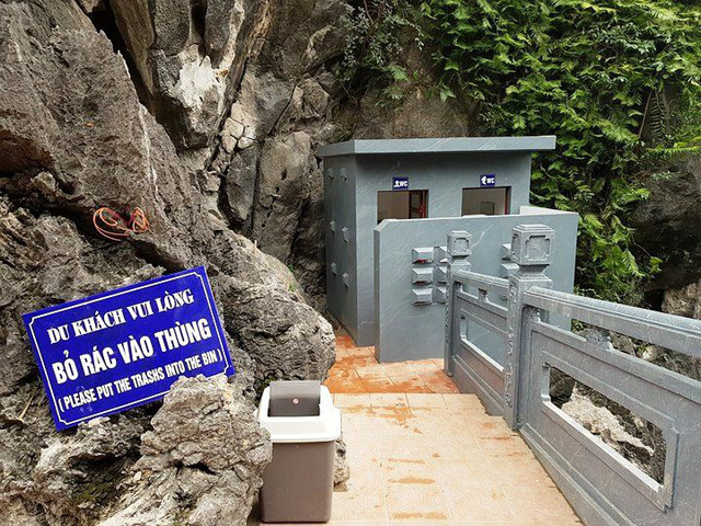 Nhà vệ sinh cũng được xây dựng trên lưng chừng núi rất phản cảm, nhếch nhác.