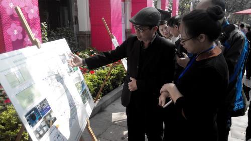 Người dân xem phối cảnh Ga C9 - hồ Hoàn Kiếm ngày 9/3. Ảnh: Mạnh Khánh/TTXVN
