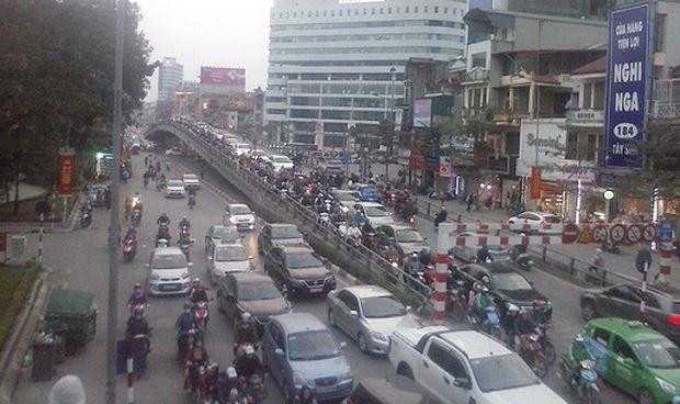 Số lượng phương tiện cá nhân ở Hà Nội tăng với tốc độ chóng mặt tạo ra sức ép lớn cho giao thông đô thị.