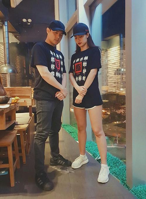 Ca sĩ Đông Nhi chia sẻ ảnh cô và bạn trai Ông Cao Thắng diện đồ đôi, lạnh lùng bước vào quán. Nữ ca sĩ chia sẻ: