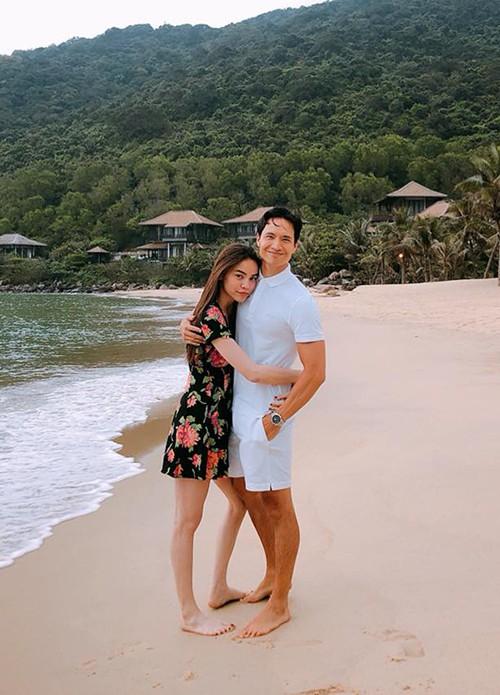 Diễn viên Kim Lý đăng ảnh được Hồ Ngọc Hà ôm eo đầy tình tứ trên bãi biển. Nam diễn viên không viết caption mà chỉ để biểu tượng ba hình trái tim.