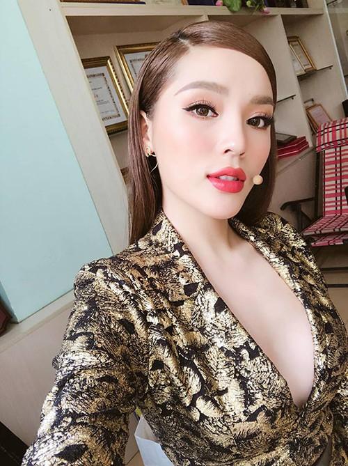 Hoa hậu Kỳ Duyên diện váy đầm, lộ vòng 1 đầy đặn sau nghi án dao kéo. Hoa hậu Việt Nam 2014 chia sẻ: