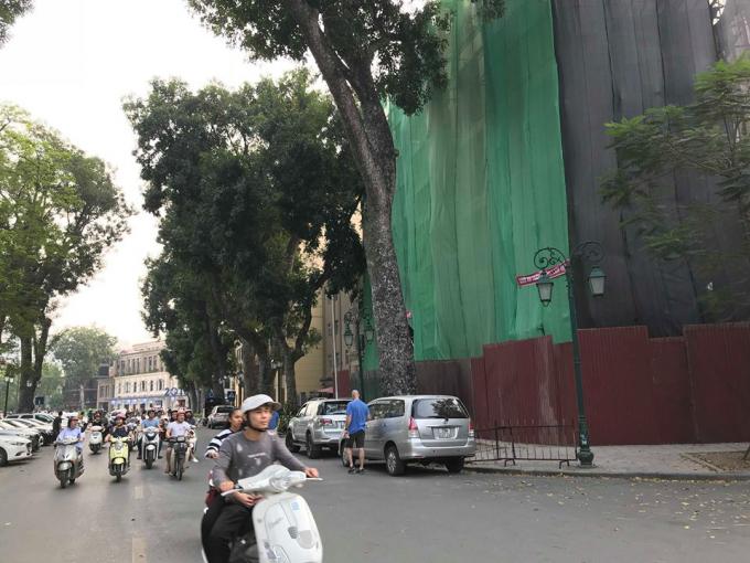 2 ô tô đỗ ngang nhiên trên tuyến phố sát Công an phường Tràng Tiền mà không hề thấy bóng dáng lực lượng chức năng tới xử lý.