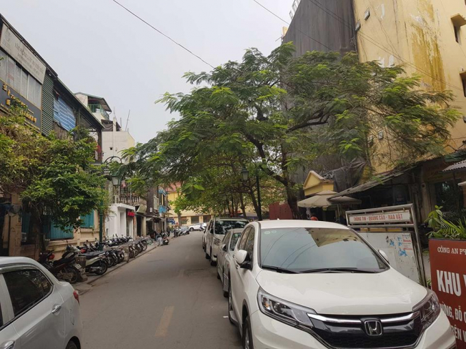 Ô tô đỗ kín đường phố Lý Đạo Thành.