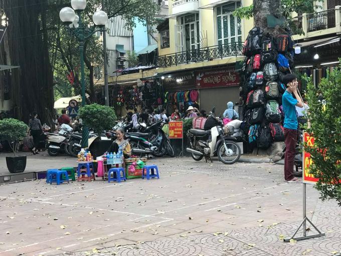 Xe máy vô tư để cạnh biển cấm tại phố Hàng Dầu.