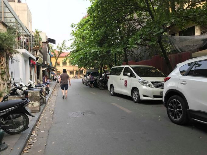 Ô tô để ngập tràn phố Lý Đạo Thành. Nghiêm trọng hơn, tuyến phố này nằm ngay sau trụ sở Công an Phường Tràng Tiền.