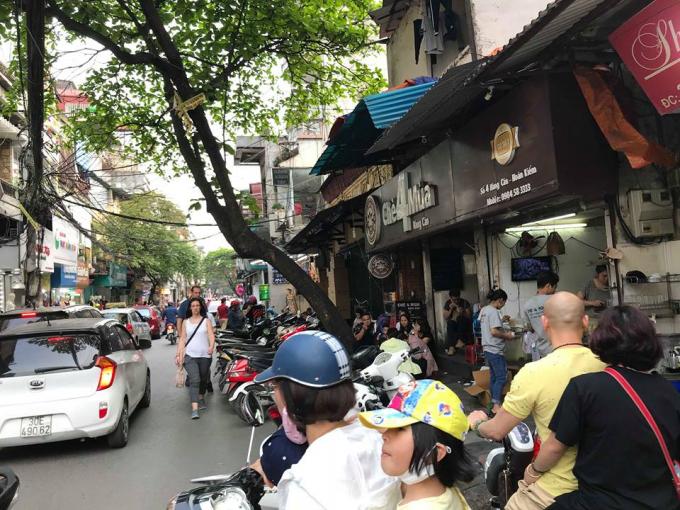 Xe máy lấn chiếm lòng đường tại phố Hàng Cân.