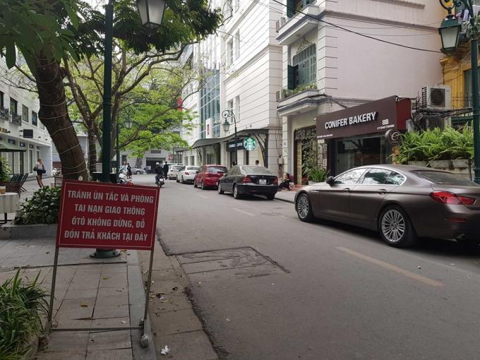 Ngang nhiên đỗ xe trước biển cấm.