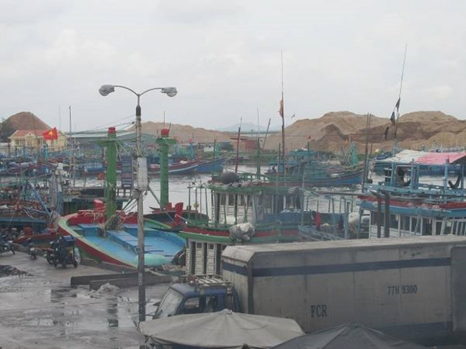 Công ty CP Tân Cảng Quy Nhơn đổ đá, xà bần xuống biển gây cản trở tàu thuyền ra vào tại Cảng cá Quy Nhơn