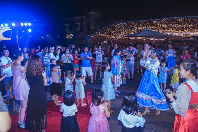 : Người xem được đắm chìm trong sắc màu văn hóa đặc sắc không thể trộn lẫn của xứ sở Bạch dương.