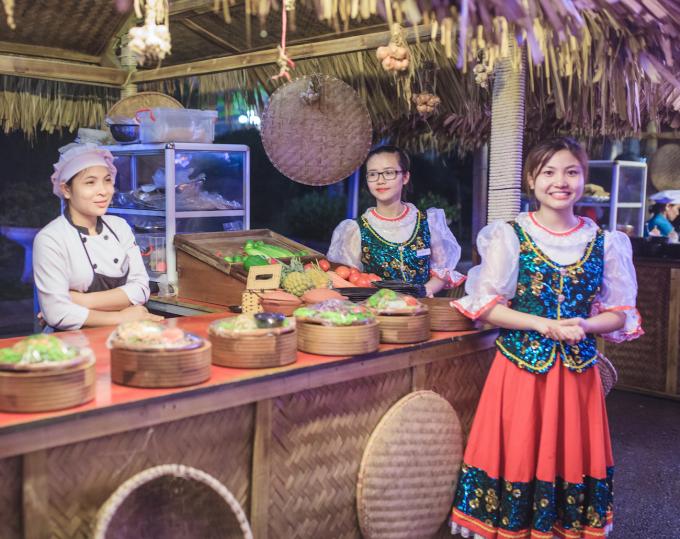 """Bên cạnh chương trình biểu diễn nghệ thuật, du khách còn được khám phá """"Chợ quê"""" với tinh hoa ẩm thực 3 miền Bắc - Trung - Nam cùng những món ăn quốc tế độc đáo."""