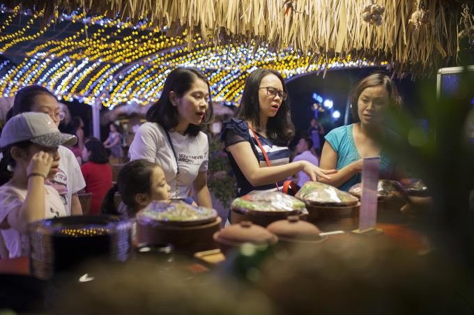 Lấy cảm hứng từ những gian hàng truyền thống với mái lá, cót tre, Chợ Quê bình dị mà độc  đáo giữa không gian khu quần thể nghỉ dưỡng 5 sao. Tại Chợ Quê, khách có thể dạo chơi, tìm  hiểu về ẩm thực 3 miền và chọn cho mình rất nhiều món ăn yêu thích.